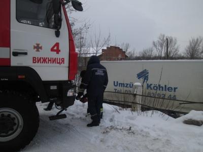 У Чернівецькій області вантажівка з'їхала з дороги на узбіччя (ФОТО)