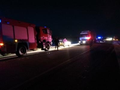 У Чернівецькій області легковик зіткнувся з вантажівкою: рятувальники витягнули з авто двох постраждалих (ФОТО)