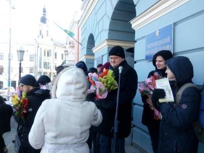У Чернівцях міський голова роздавав квіти перехожим жінкам (ФОТО)