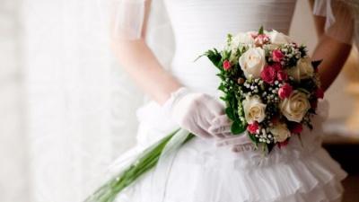 """""""Весілля з бійкою"""": чоловік зіпсував свято сина, пристрасно поцілувавши наречену (відео)"""