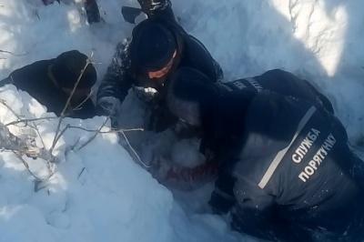 У Харкові рятувальники витягли із снігового завалу дівчину