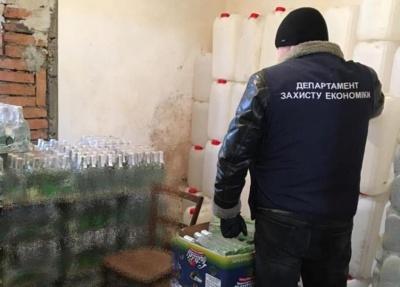 На Буковині поліція викрила підпільний цех із виробництва алкоголю: виявили фальсифікату на 200 тис грн