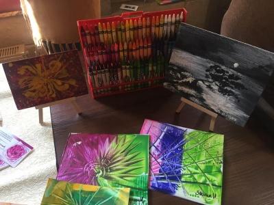 «Живи кольорово»: у Чернівцях дітлахів учили робити лебедів з еклерів та малювати воском