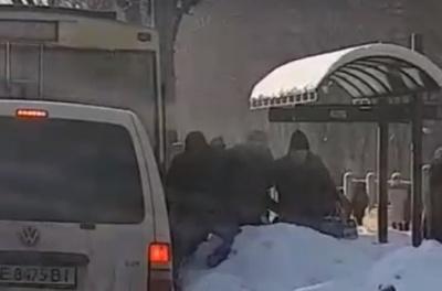 У Чернівцях замерзлі кучугури снігу заблокували пасажирам вихід із тролейбуса (ВІДЕО)