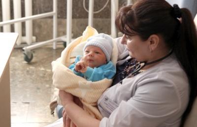 Хлопчика назвали Ярославом: немовля, яке підкинули в лікарню на Буковині, має 19 хрещених