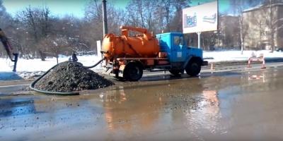 У Чернівцях працівники водоканалу ліквідували витік води на Героїв Майдану: водопостачання відновлено