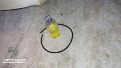 У Чернівцях поліція затримала викрадача пального: викачував просто із автівки