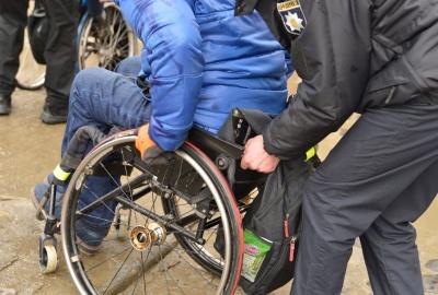 У Чернівцях поліцейських навчали, як правильно транспортувати людей з інвалідністю на візках