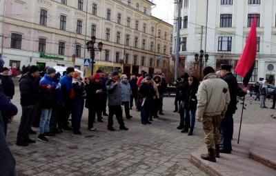 У Чернівцях кілька десятків людей на мітингу висловили обурення діям правоохоронців при розгоні наметового містечка у Києві
