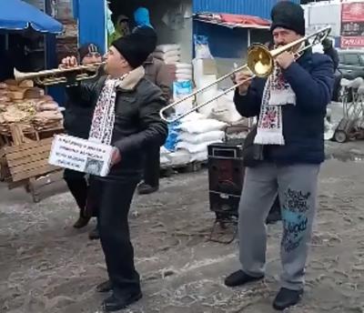 Мережу вразили мандрівні духові музиканти, які виконали Despacito на ринку в Чернівцях (ВІДЕО)