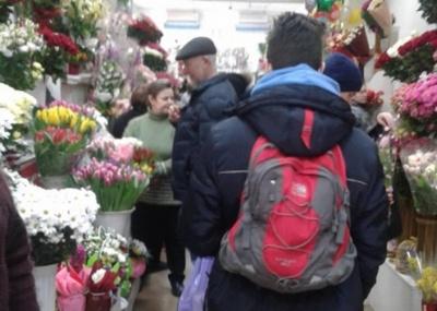 «Скаржаться, що «кусаються» ціни»: у Чернівцях напередодні 8 березня на квіткових ринках ажіотаж