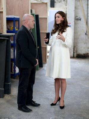 Вагітна Кейт Міддлтон зачарувала елегантним пальто за 100 доларів: фото