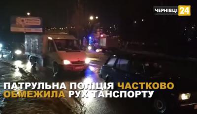 У Чернівцях через повідомлення про підозрілий пакет поліція обмежила рух транспорту в районі Фастівської