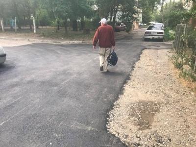 Курйоз: у Чернівцях під час ремонту проїзду комунальники заасфальтували три люки (ФОТО)