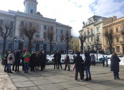 «Привертають увагу вітражі»: туристи розповіли, чому знову повертаються в Чернівці