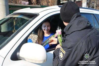 У Чернівцях патрульні дарували жінкам квіти (ФОТО)