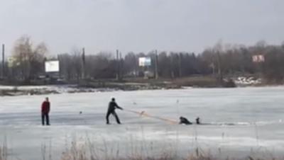 У Чернівцях рибалки врятували свого колегу, який посеред озера провалився під лід