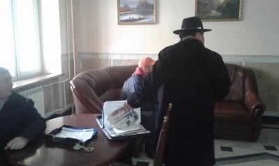 Пікет не відбувся: вимагати розслідування інцидентів з побиттям до прокуратури Буковини прийшли тільки троє осіб