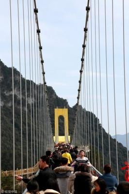 У Китаї відкрили найвищий скляний міст: захопливі фото