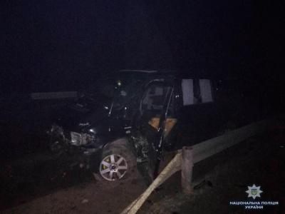 У Чернівецькій області мікроавтобус врізався у відбійник та перекинувся: двох осіб госпіталізували