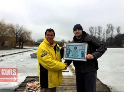 Мешканець Коломиї встановив рекорд, пропливши під кригою 61 метр