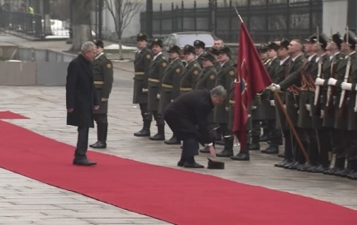 Порошенко поднял шапку солдата почетного караула (ВИДЕО)