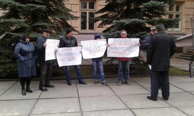 У Чернівцях під стінами ОДА мітингували представники товариства інвалідів
