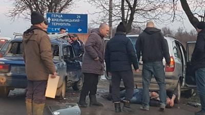 На Буковині зіткнулись два легковики: свідки кажуть, що один з водіїв був п'яний