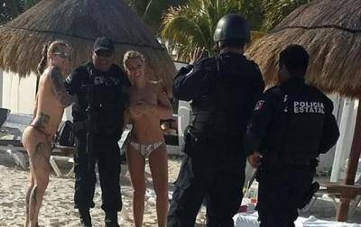 Поліцейських звільнили за фото з напівголими туристками