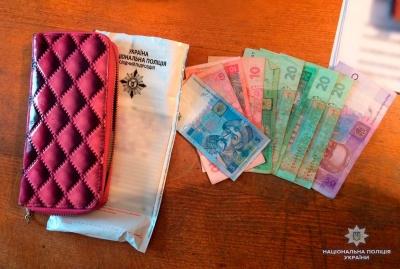 Поліція затримала чернівчанина, який вкрав у пасажирки тролейбуса гаманець