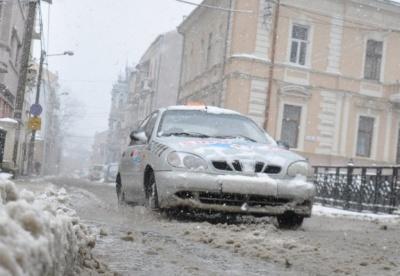 Раптове погіршення погоди: чернівчан закликали утриматись від поїздок власними авто
