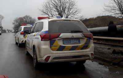 У Чернівцях сталась ДТП за участю двох легковиків: машина служби таксі злетіла в кювет (ФОТО)