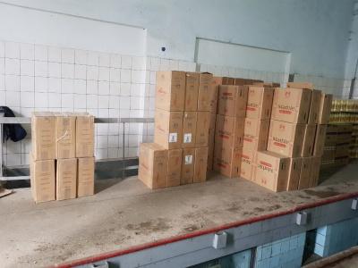 На Буковині чоловік намагався вивезти до Румунії тисячі пачок цигарок, сховавши їх під відрами майонезу