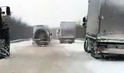 На трасах Чернівецької області через раптовий снігопад ускладнився рух транспорту