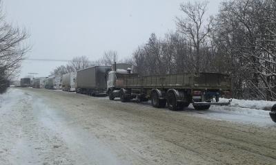 На автотрасах Чернівецької області відновили рух вантажівок, які застрягли через снігопад