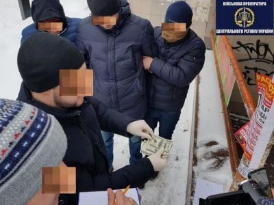 У київському аеропорту на хабарі затримали головних інспекторів митниці
