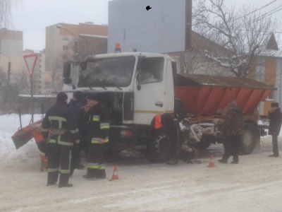 У Чернівцях на вулиці Каспрука горіла снігоприбиральна машина