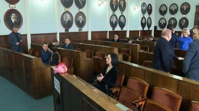 У Чернівцях на сесію міськради принесли тушу курки із написом «Перша тушка міської ради»