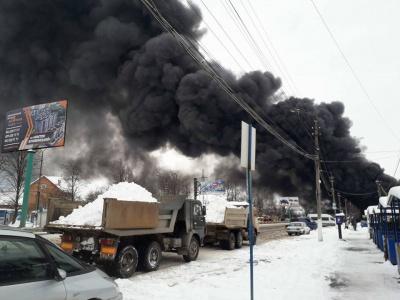 Масштабна пожежа на Калинці у Чернівцях: люди рятують свій товар (ФОТО)