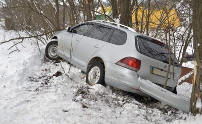 ДТП у Чернівцях: біля Калинівського ринку автівка злетіла в кювет