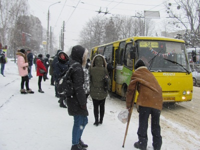 У Чернівцях через снігопад утворилися затори: пасажири «беруть штурмом» маршрутки