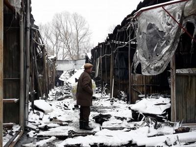 «Вокруг вонь - еще тлеют ковры»: как выглядит Калиновский рынок после масштабного пожара (ФОТО)