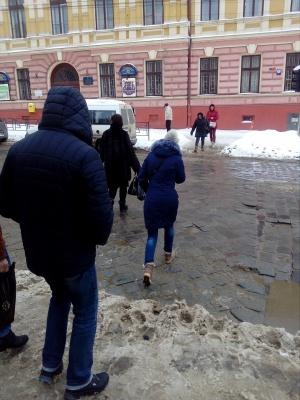 У центрі Чернівців комунальники «забули» прибрати сніг на пішохідних переходах (ФОТО)