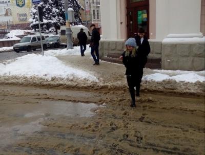 В центре Черновцов коммунальщики «забыли» убрать снег на пешеходных переходах (ФОТО)