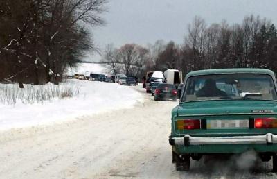 Дорожній колапс: на Буковині через снігопад на трасі утворився 10-кілометровий затор