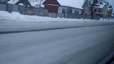 Водій порівняв, як прибирають від снігу одну і ту ж трасу на Буковині та на Прикарпатті (ВІДЕО)
