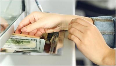 За новою оцінкою НБУ, заробітчани дають в 4 рази більше валюти, ніж іноземні інвестори
