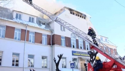 У Чернівцях у транспортному коледжі горить дахове покриття (НАЖИВО)