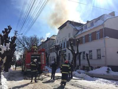 У Чернівцях з приміщення транспортного коледжу евакуювали кілька сотень людей через масштабну пожежу