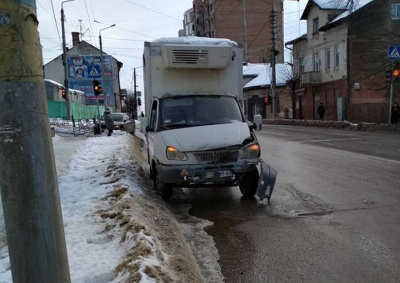 У Чернівцях зіткнулись вантажівка і легковик: постраждала огорожа
